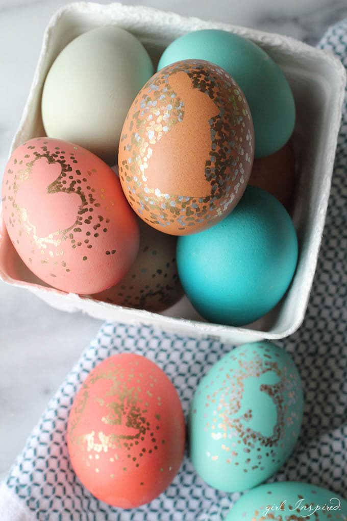 Sharpie Easter Eggs - use Sharpie markers and vinyl/stickers to create metallic framed silhouettes on your Easter eggs!
