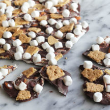 Super Easy S'mores Bark - mess free and so easy to make! Yum!
