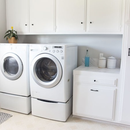 Check out this laundry room makeover! Amazing DIY!