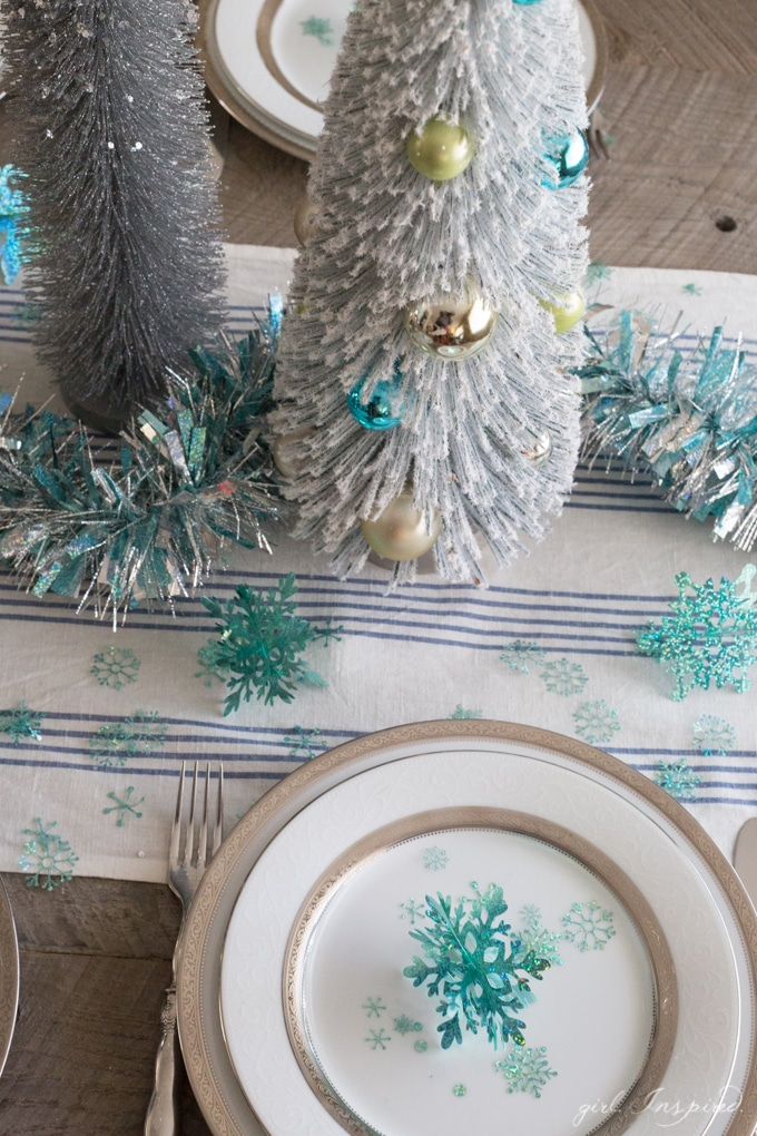 Make your own CONFETTI and 3D snowflakes with Cricut and Party Foil!! #craft #holidaytablescape #diy #cricutmaker